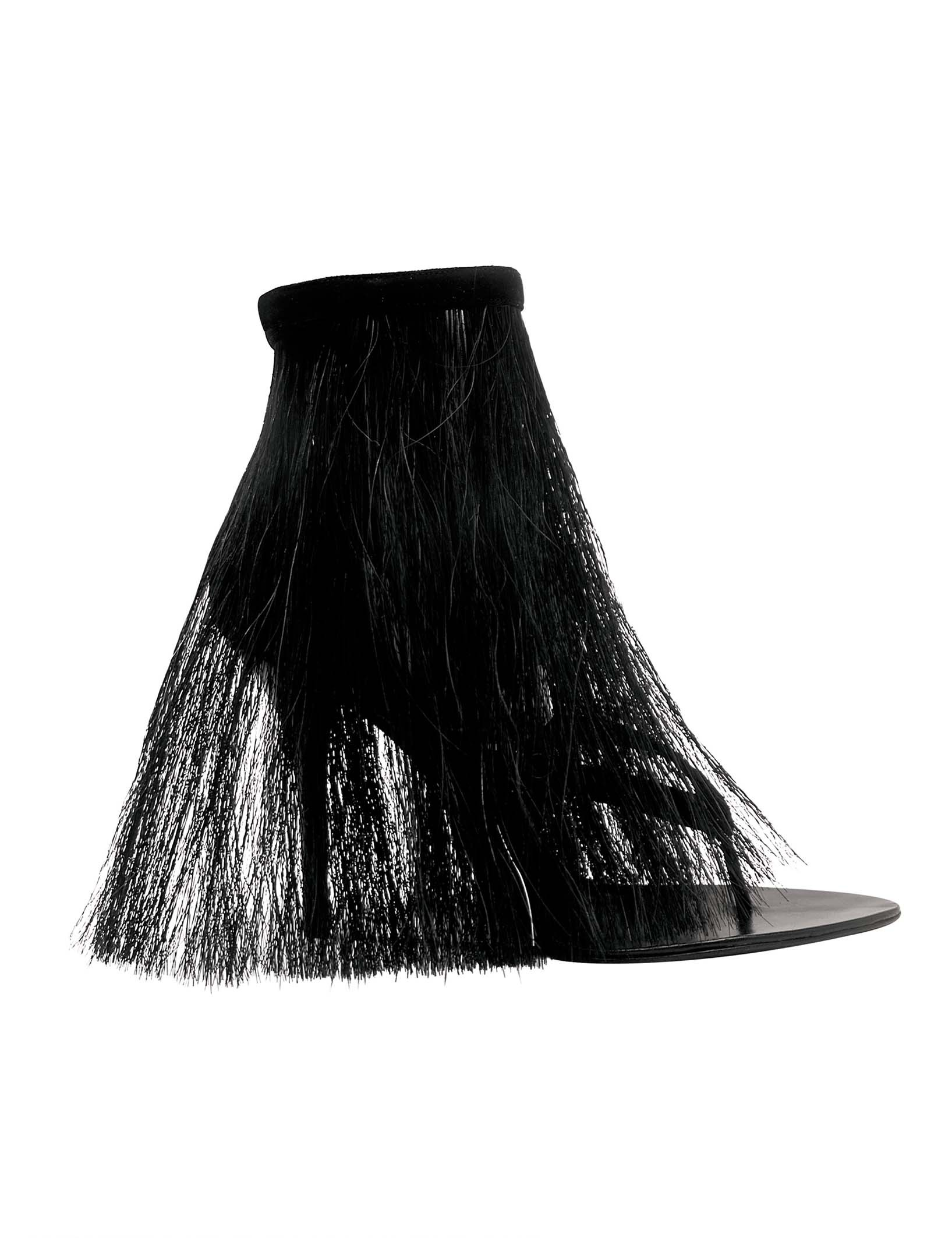 <BODY>Helmut Lang, FW 04/05<br />V-strap sandal in horsehair and suede<br />© hl-art</BODY>