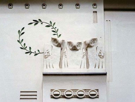 Façade decoration [Owl Heads] on the sidewalls of the Secession building © MAK