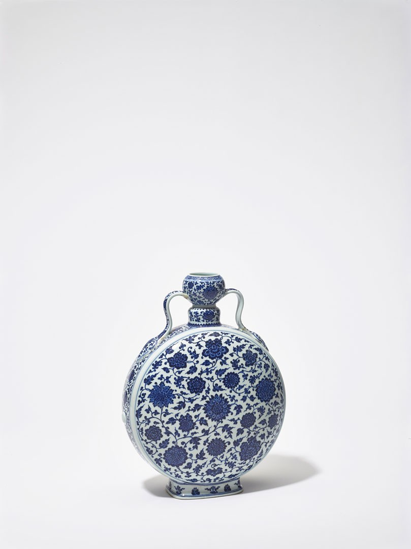 <BODY><div>Flask (moon flask, bianhu) China, Jiangxi, Jingdezhen, Qing dynasty, Qianlong period (1736–1795)</div><div>Porcelain with painting in cobalt blue under the glaze; Qianlong period base mark</div><div>© MAK/Georg Mayer</div><div> </div></BODY>